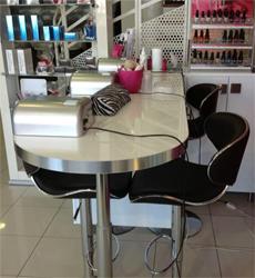 Bien choisir son mobilier coiffure esth tique tout un - Fauteuil dans un salon de coiffure pour dames ...